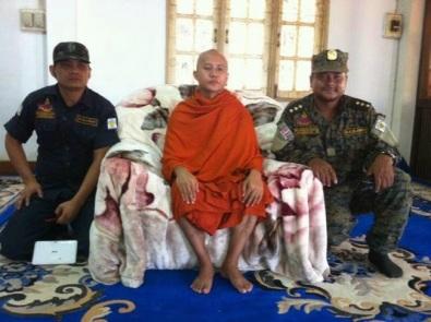 Ο αρχηγός των μοναχών βουδιστών Shin Wirathu περιβαλλόμενος από στρατιωτικούς της Μυανμάρ
