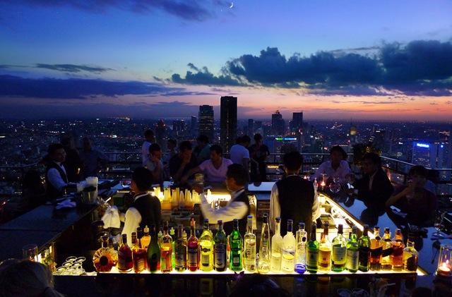 το μπαρ πάνω από την πόλη