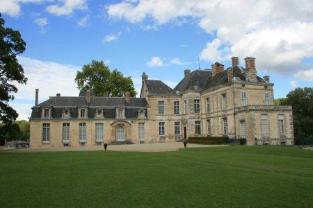 Le château de Cirey Situé en Haute-Marne à environ 250 km de Paris, le château de Cirey a été fortement marqué par la présence de Voltaire 1734