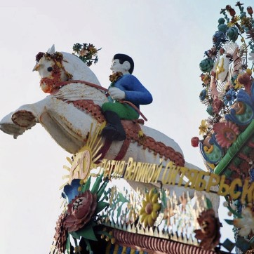 00-0e-kirillov-fairy-tale-house-08-12.jpgFigures of children, riders, birds, missiles, Soviet symbols, heroes, different phrases, and many other items decorate the house